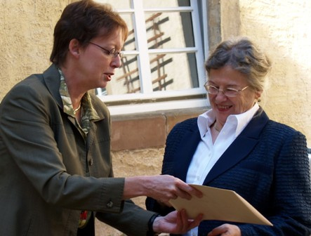 Regierungspräsidentin Marianne Thomann-Stahl überreicht die Stiftungsurkunde an Dr. Elisabeith Berendes, Vorstandsvorsitzende der Kulturstiftung Marienmünster